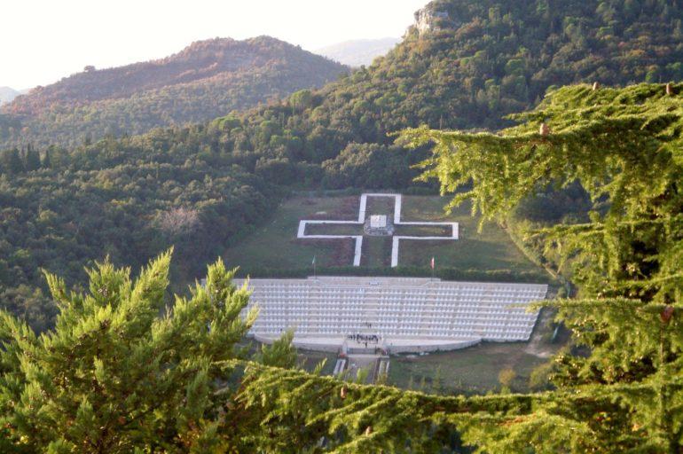 Monte Cassino – czerwone maki i białe krzyże