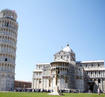 Spór o fizykę z Krzywą Wieżą w tle